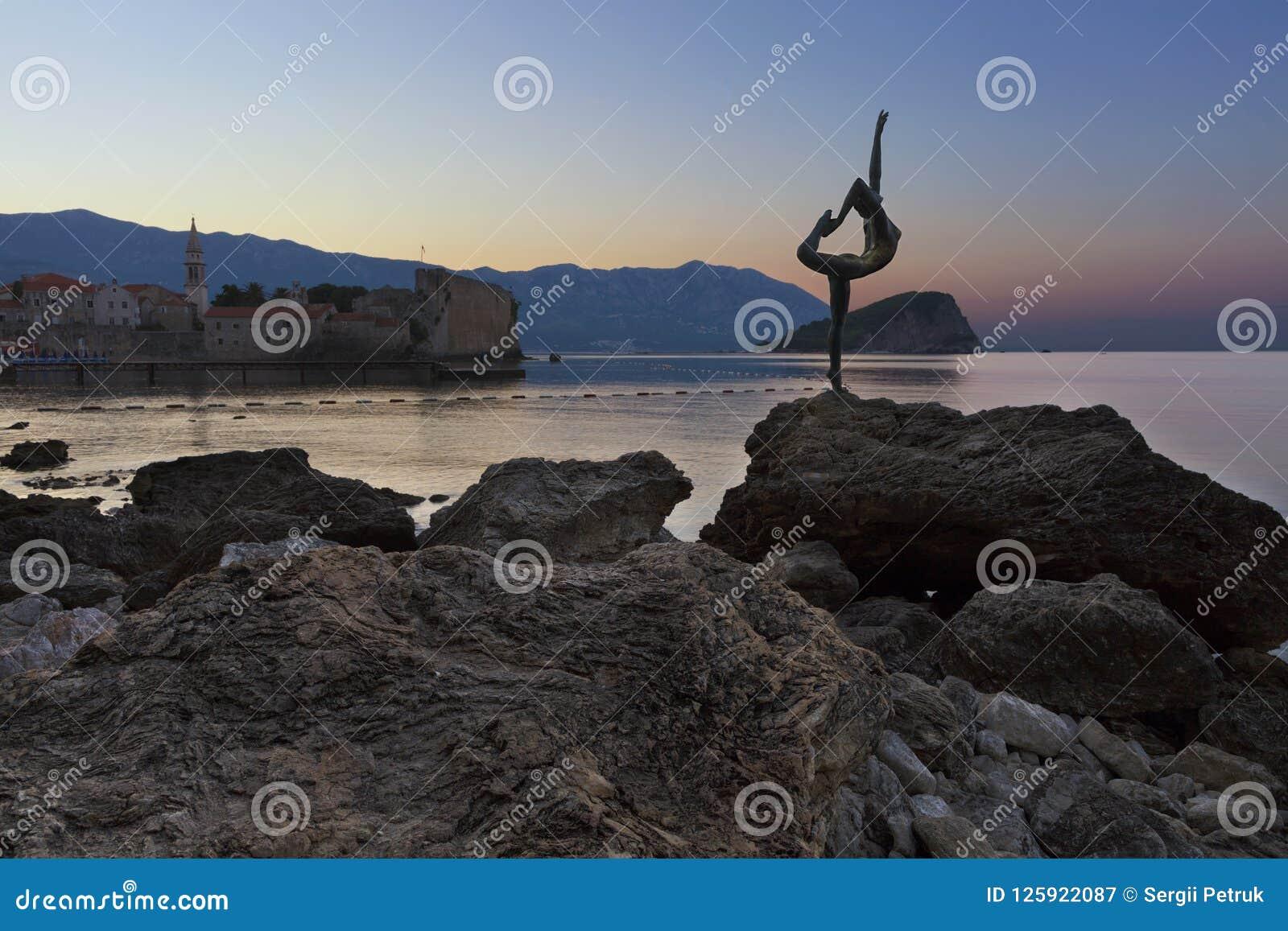 芭蕾舞女演员舞蹈家雕象,站立在岩石 布德瓦, 2018年8月