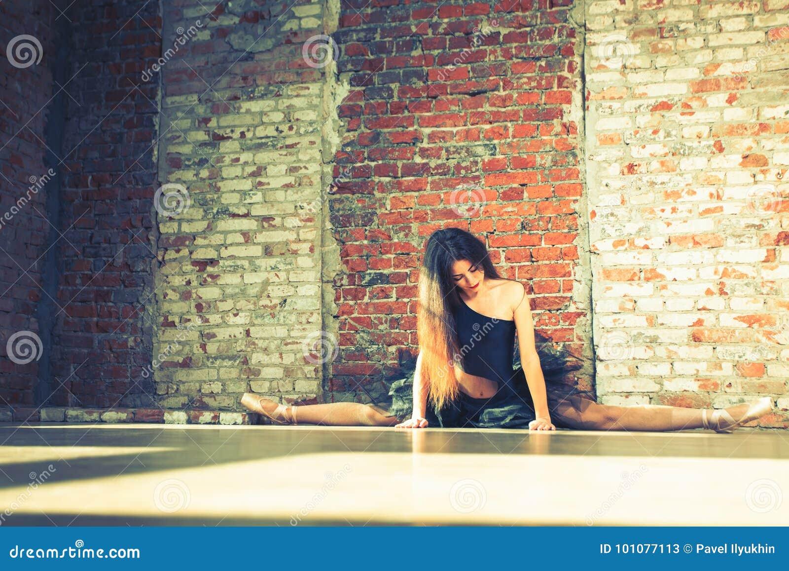 芭蕾舞女演员跳舞室内,葡萄酒 健康生活方式芭蕾
