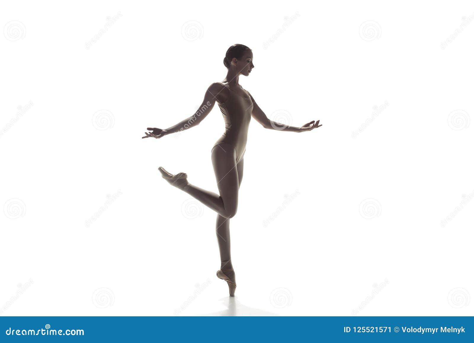 芭蕾舞女演员 在白色隔绝的年轻优美的女性跳芭蕾舞者跳舞 经典芭蕾秀丽