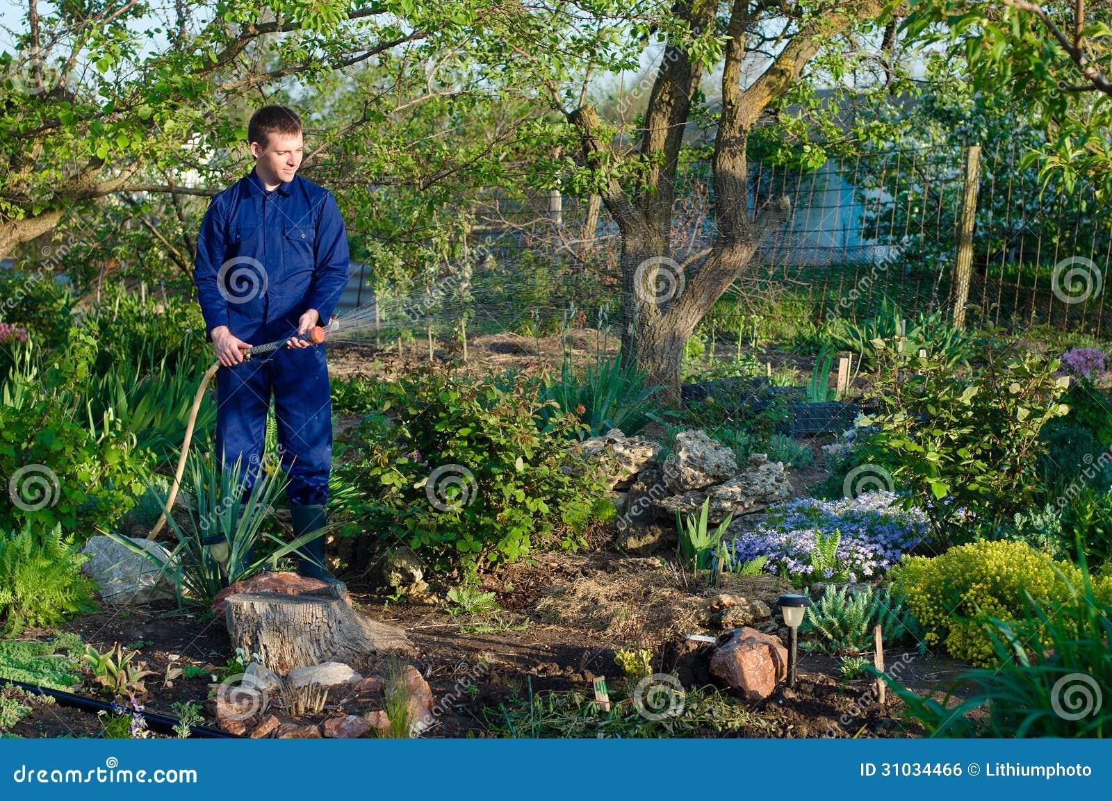 花匠浇灌的花