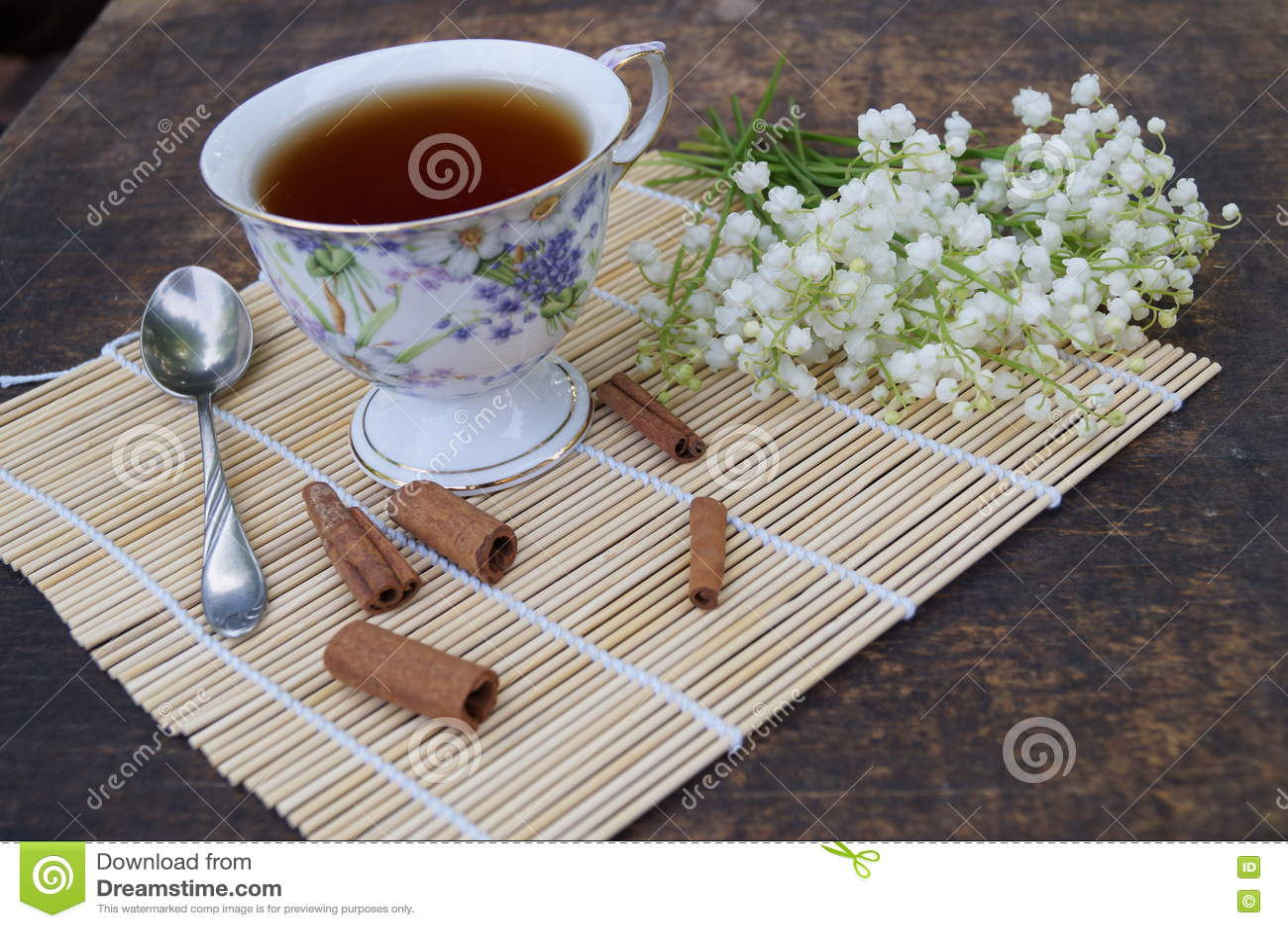 花和茶花束在一张木桌上的