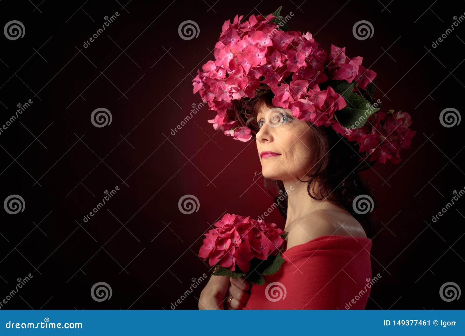 花圈的可爱的妇女与珊瑚八仙花属开花