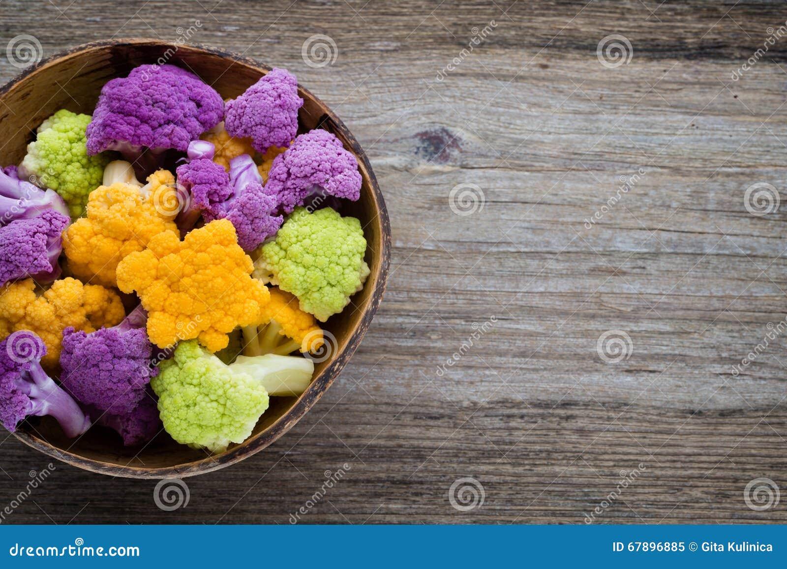 花椰菜 eco彩虹在木桌上的