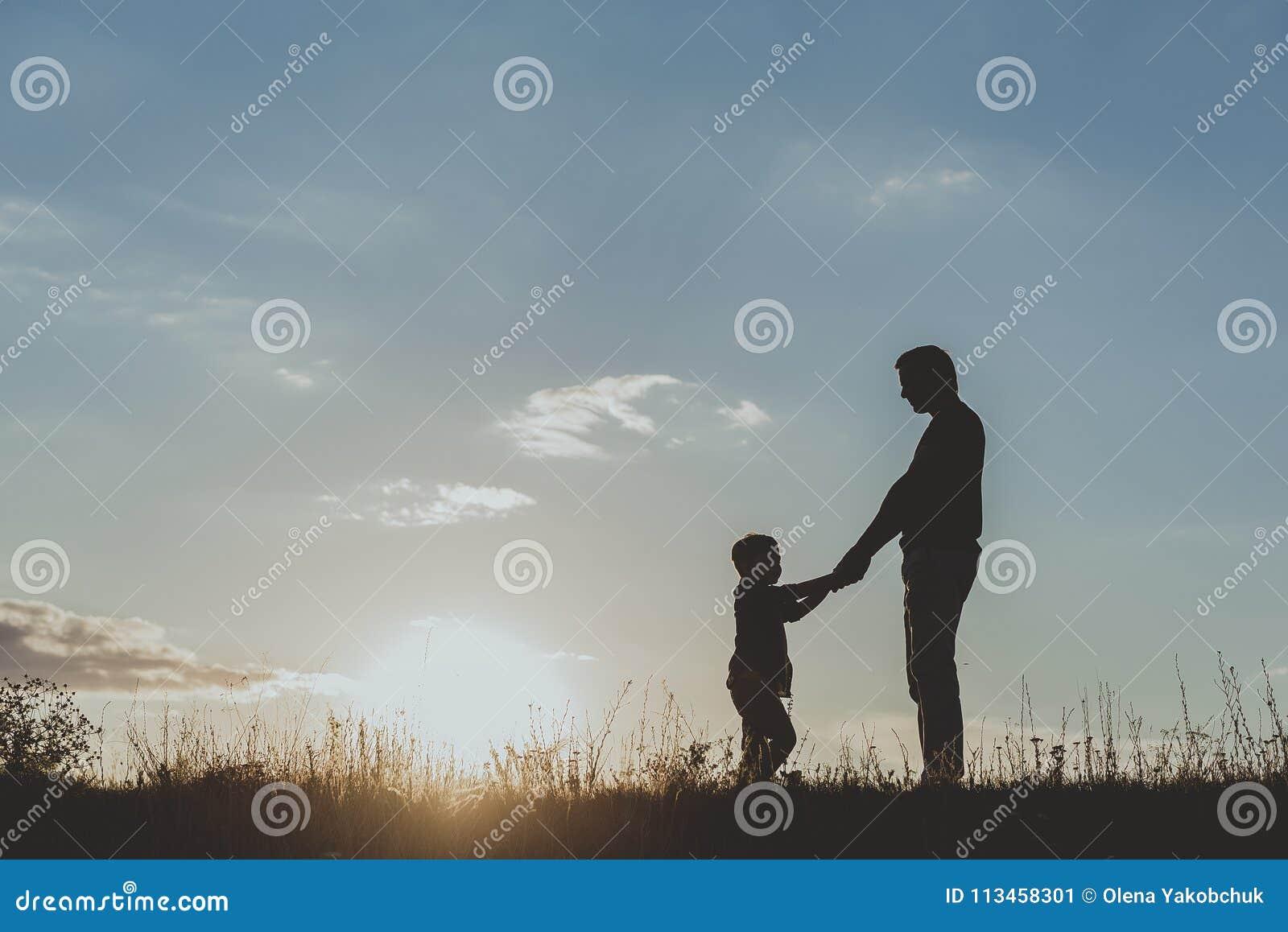 花费时间的爸爸和他的孩子在自然上