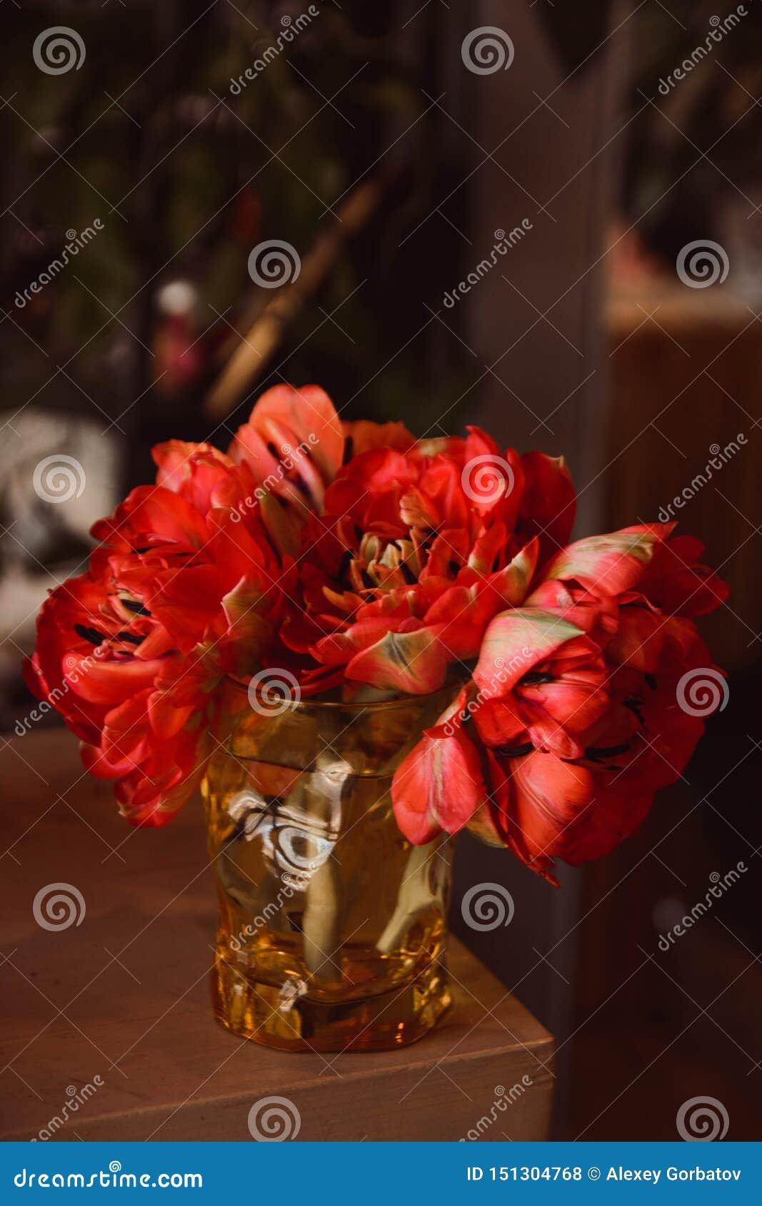花郁金香在一条腿的在婚姻庆祝的商店的餐馆内部floristry或