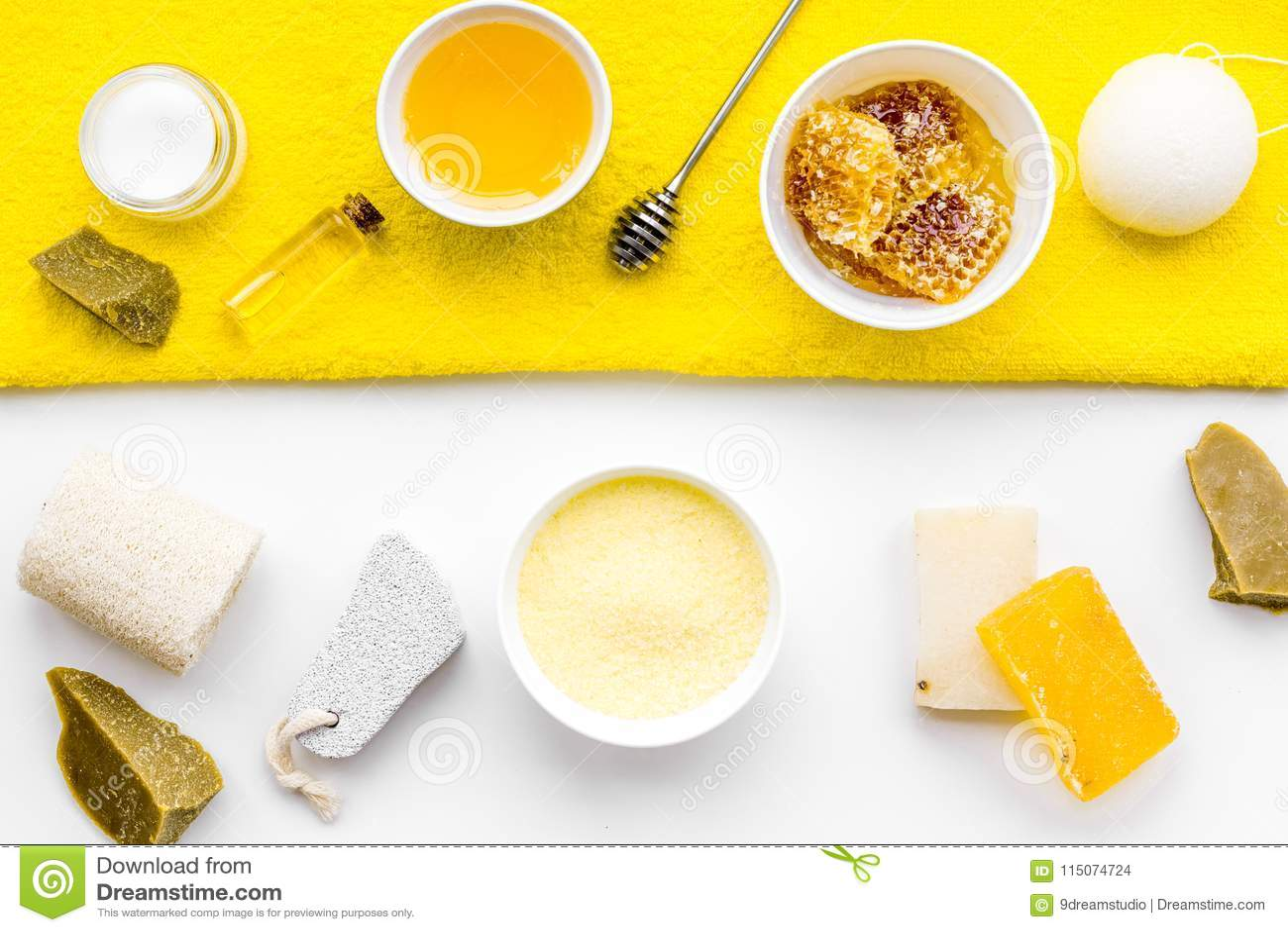 芳香theraphy和娇嫩的皮肤关心 根据在白色背景顶视图的蜂蜜的温泉集合