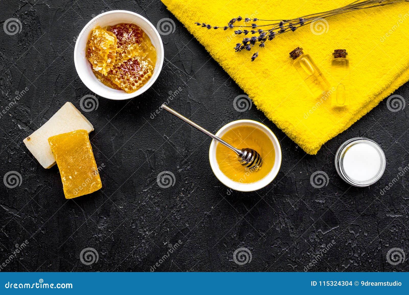 芳香theraphy和娇嫩的皮肤关心 根据在黑背景顶视图空间的蜂蜜的温泉集合文本的