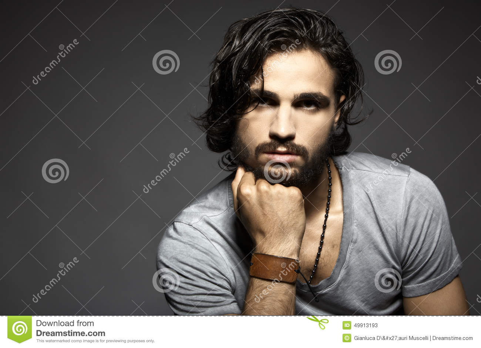 英俊的人纵向年轻人