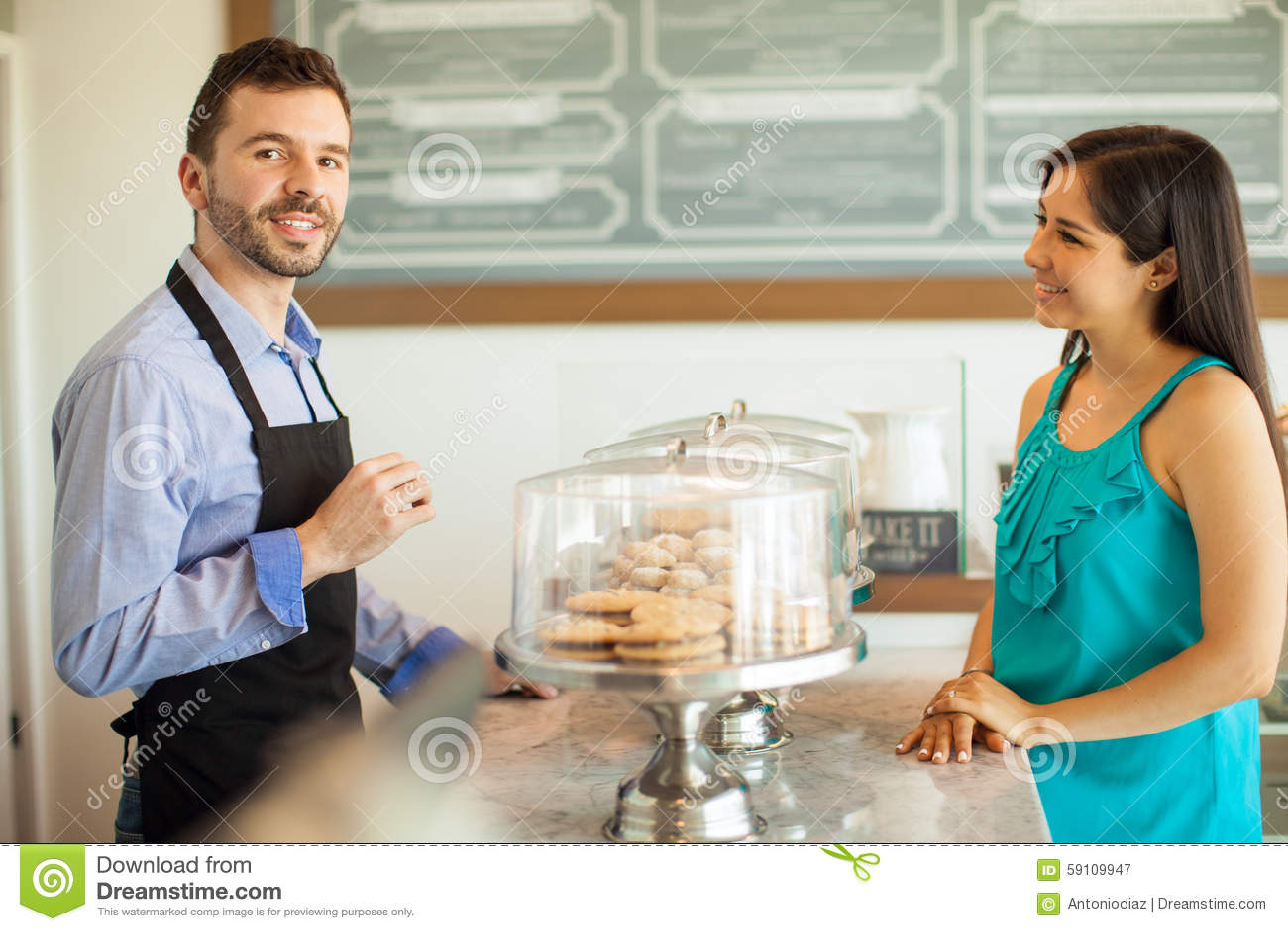 英俊的人谈话与顾客