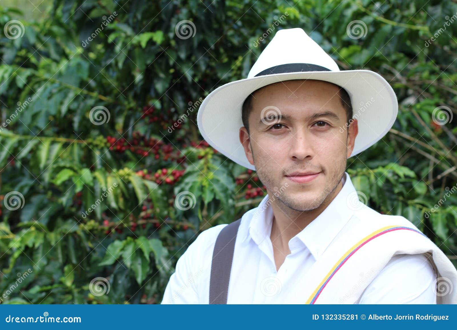 英俊的农夫在咖啡种植园