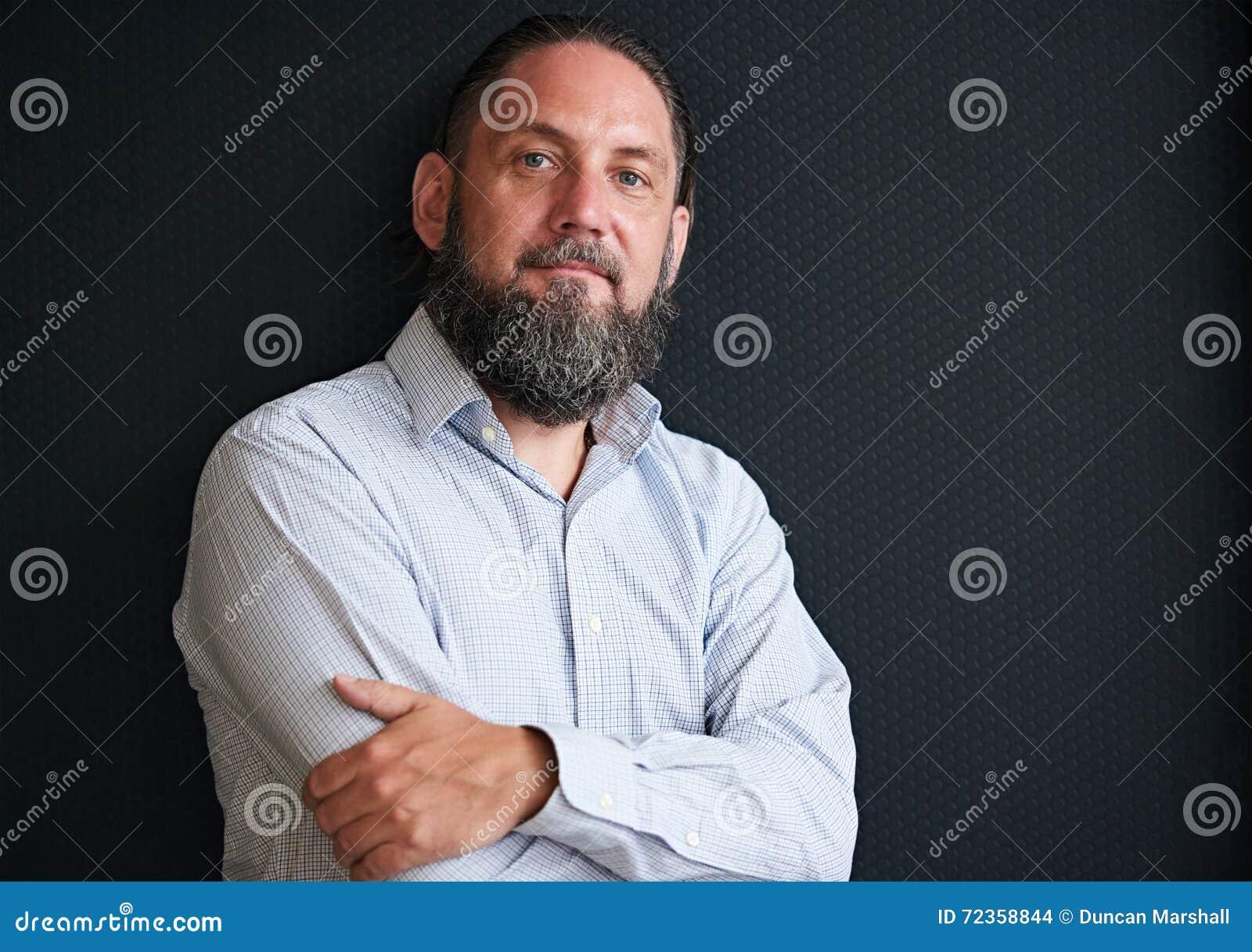 英俊的成熟人画象有变成银色的胡子