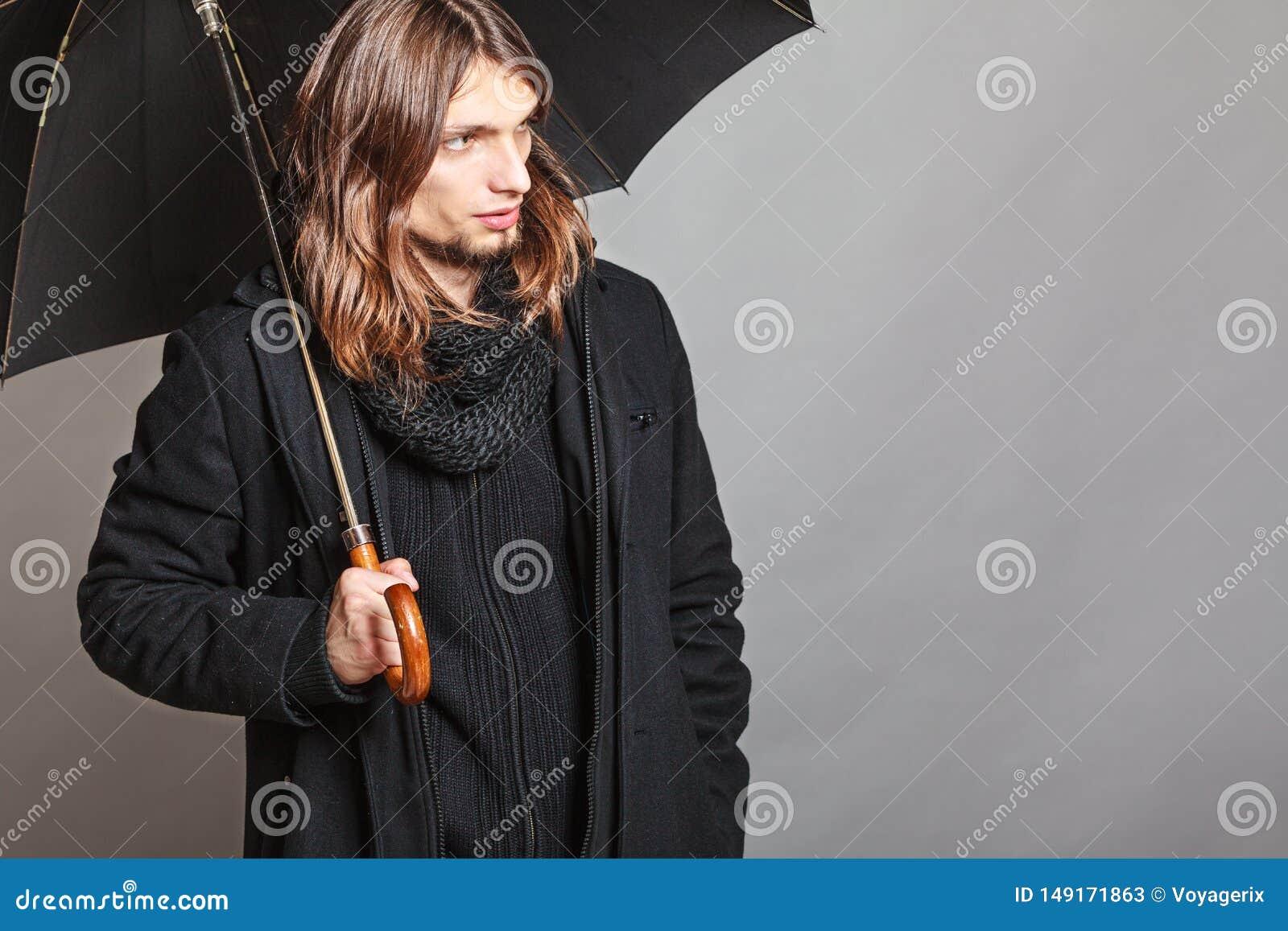英俊的时尚人画象佩带的黑色大衣