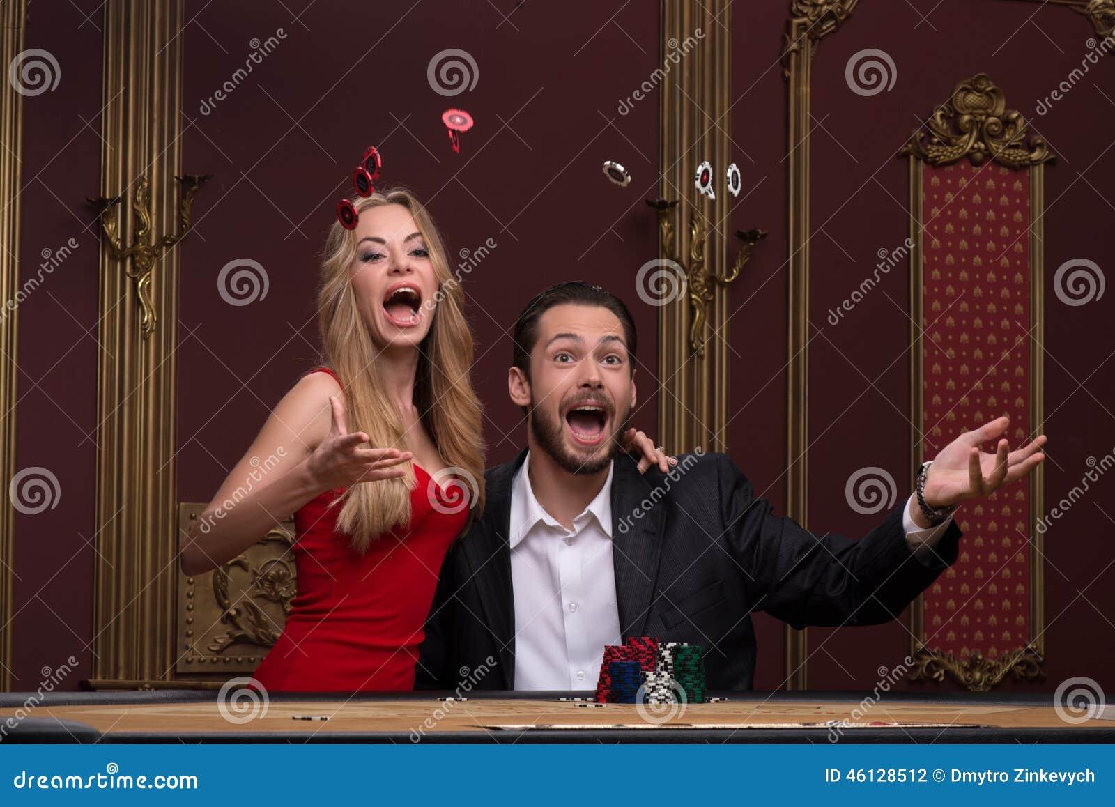 英俊的男人和美丽的妇女在赌博娱乐场