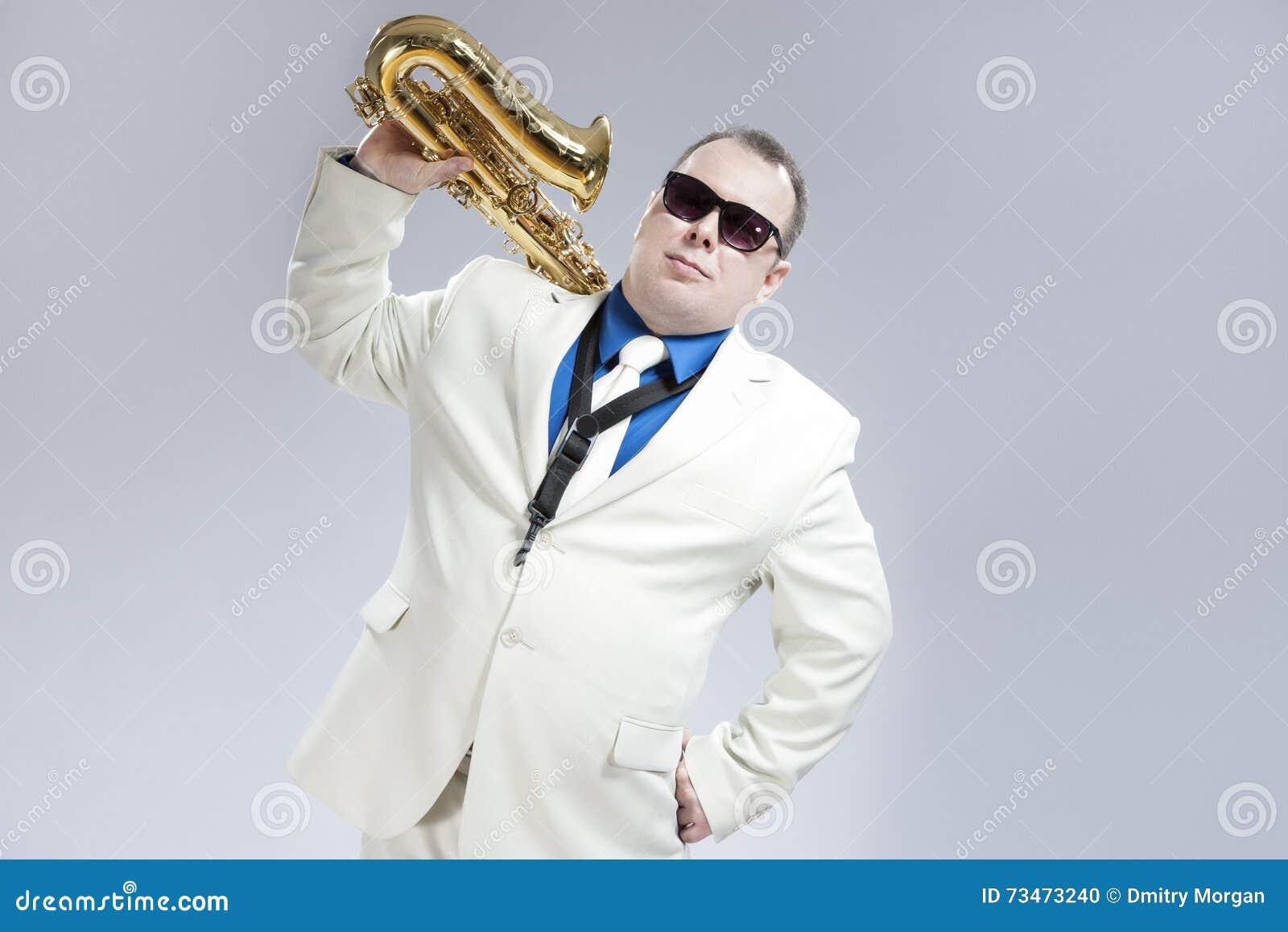 英俊的白种人萨克管演奏员画象有乐器的在肩膀