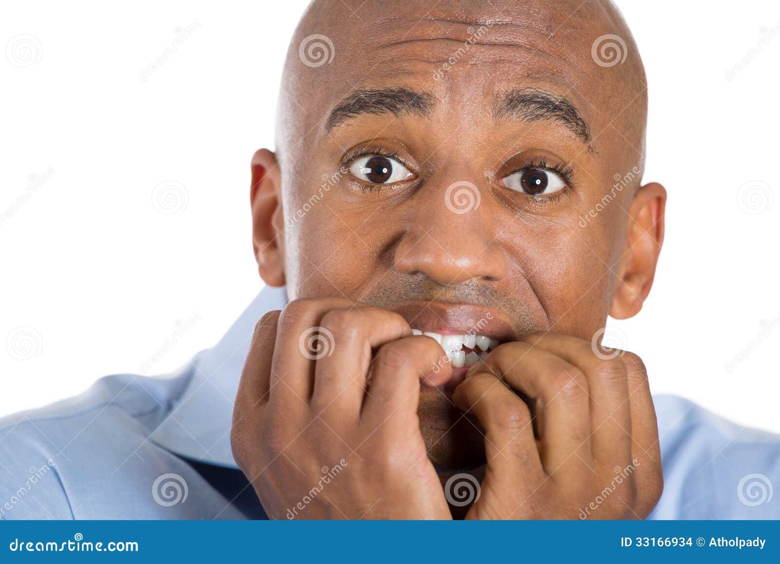英俊的秃头人害怕和害怕与在嘴的手指
