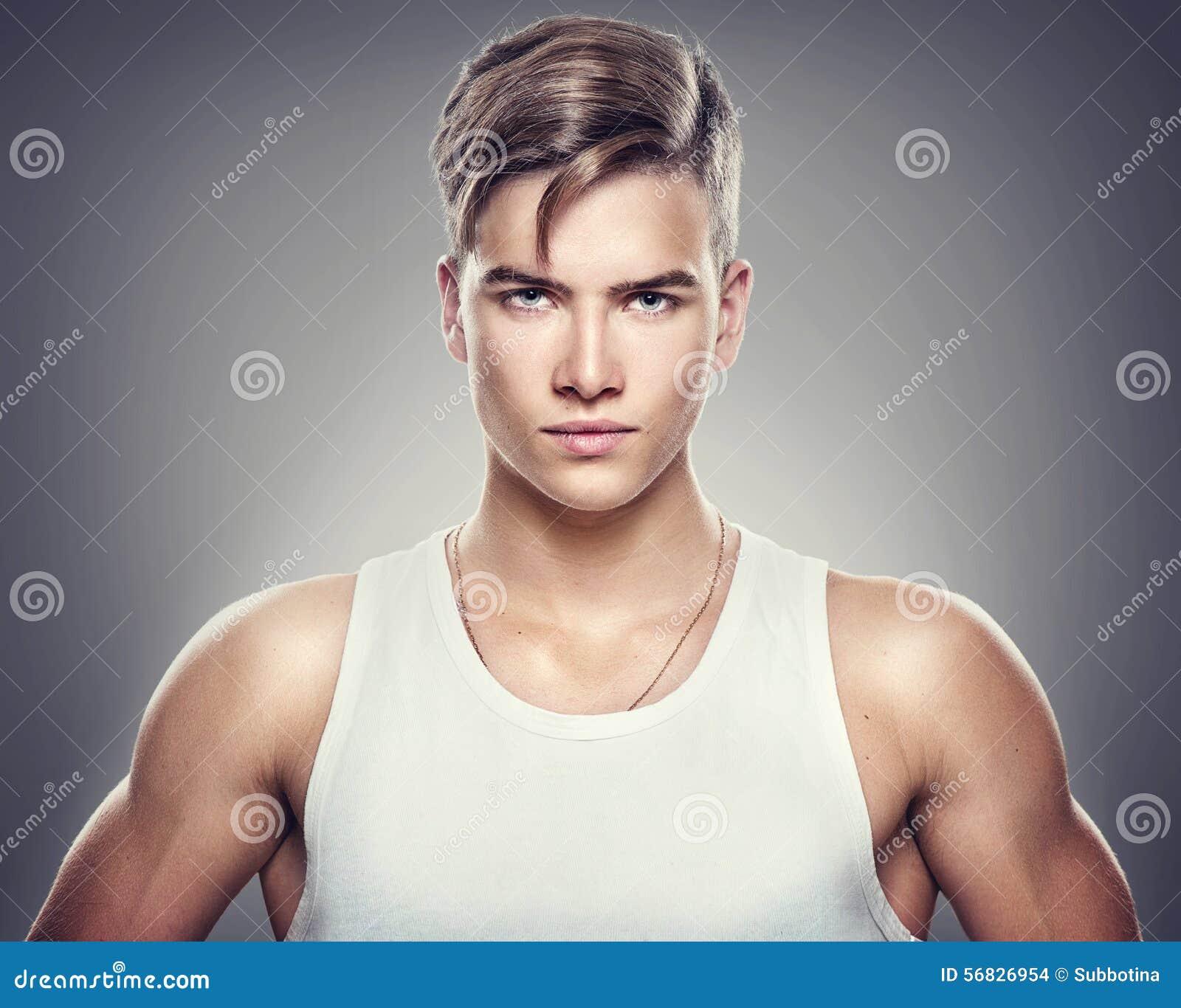 英俊的运动年轻人