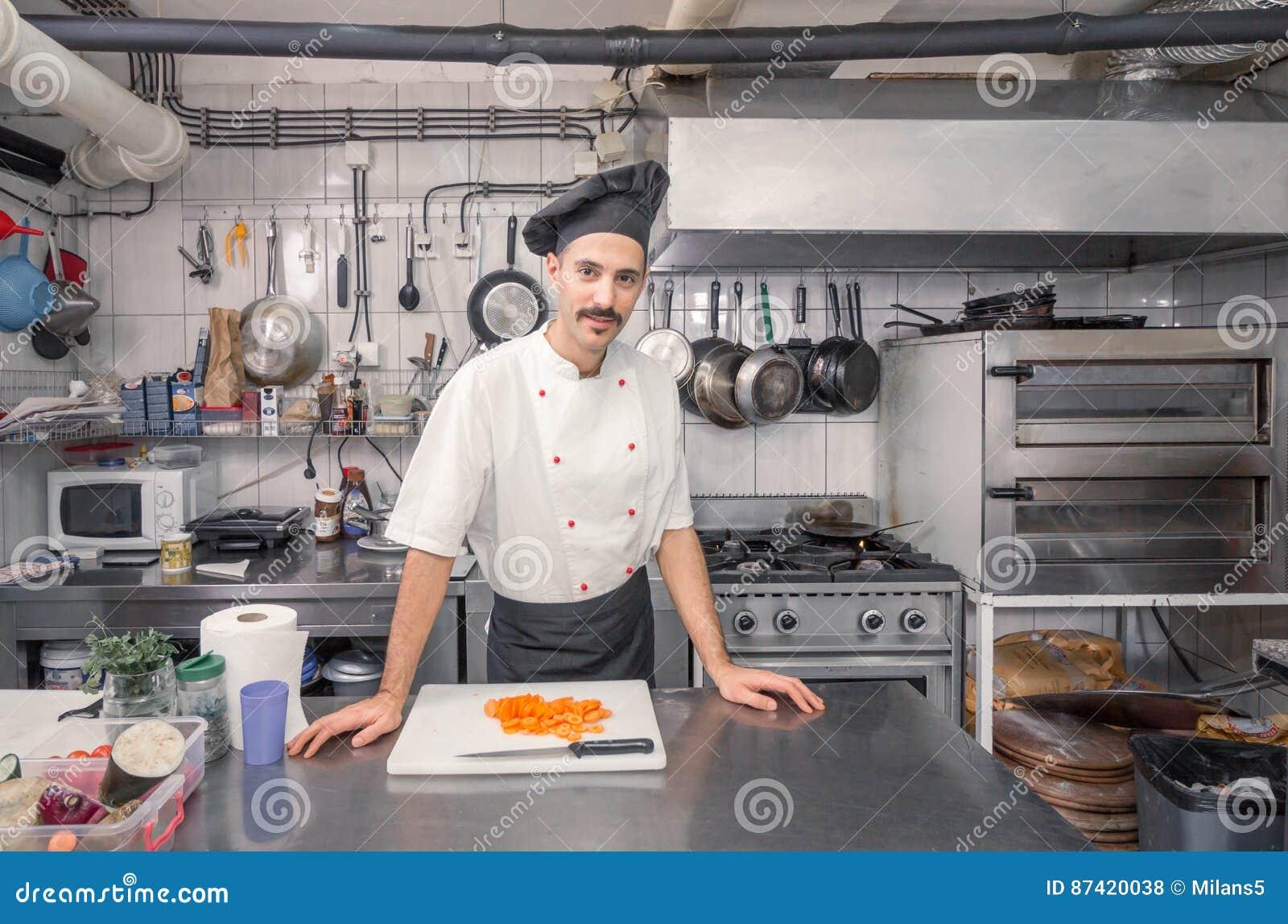 英俊的年轻厨师,商业厨房