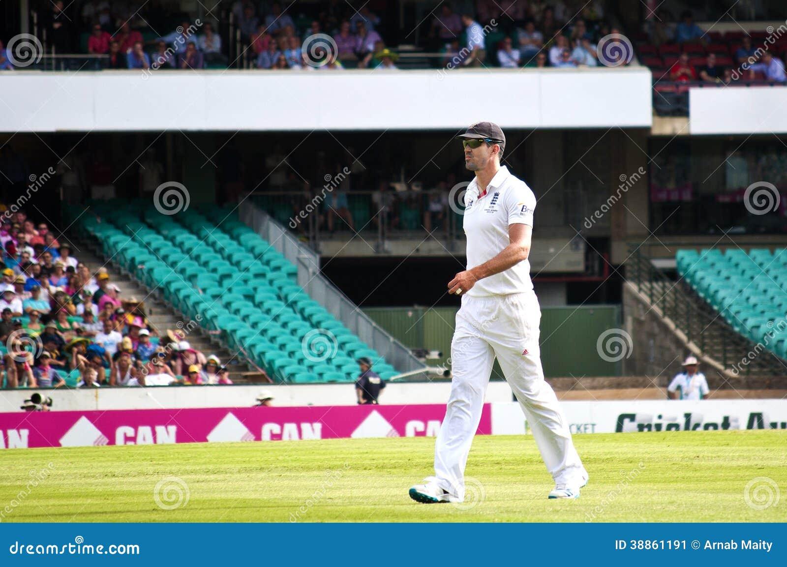 英国玩板球者凯文Pietersen走在SCG