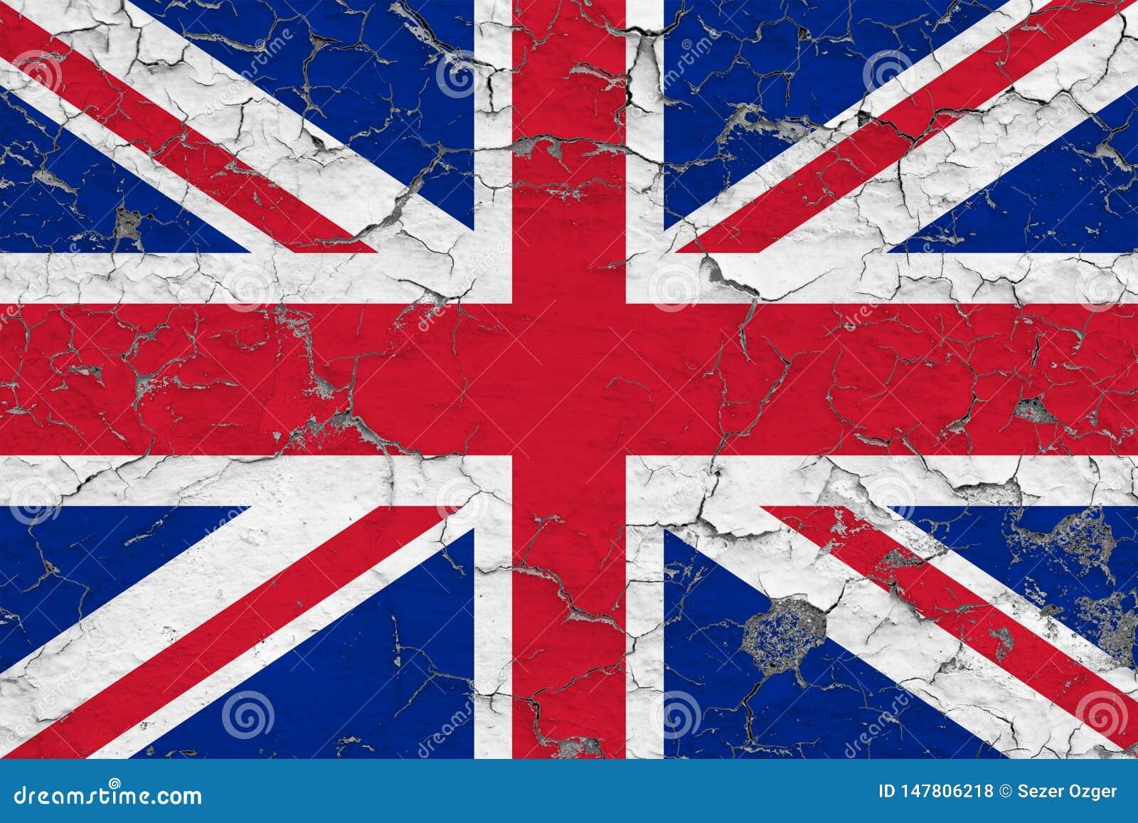 英国的旗子在破裂的肮脏的墙壁上绘了 葡萄酒样式表面上的全国样式