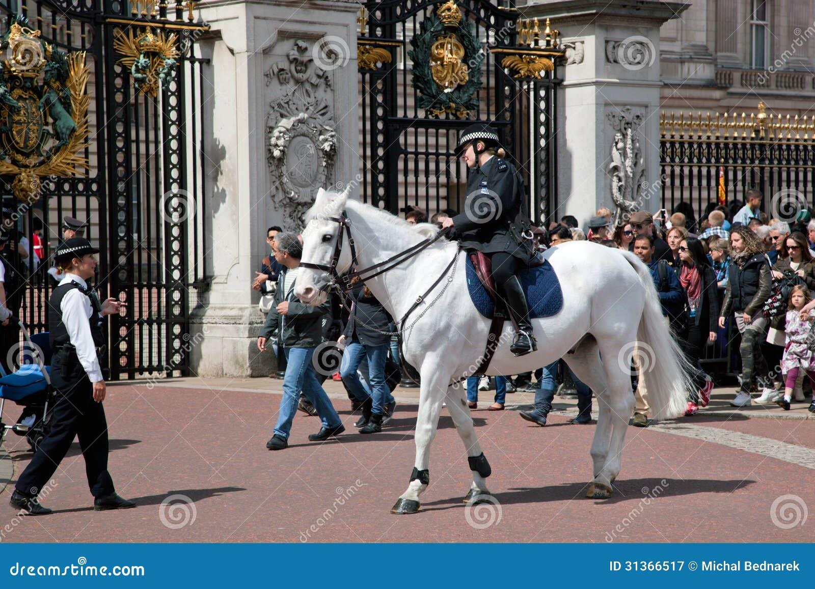 伦敦- 5月17 :乘坐在马的英国皇家卫兵和在2013年5月17日的白金汉宫