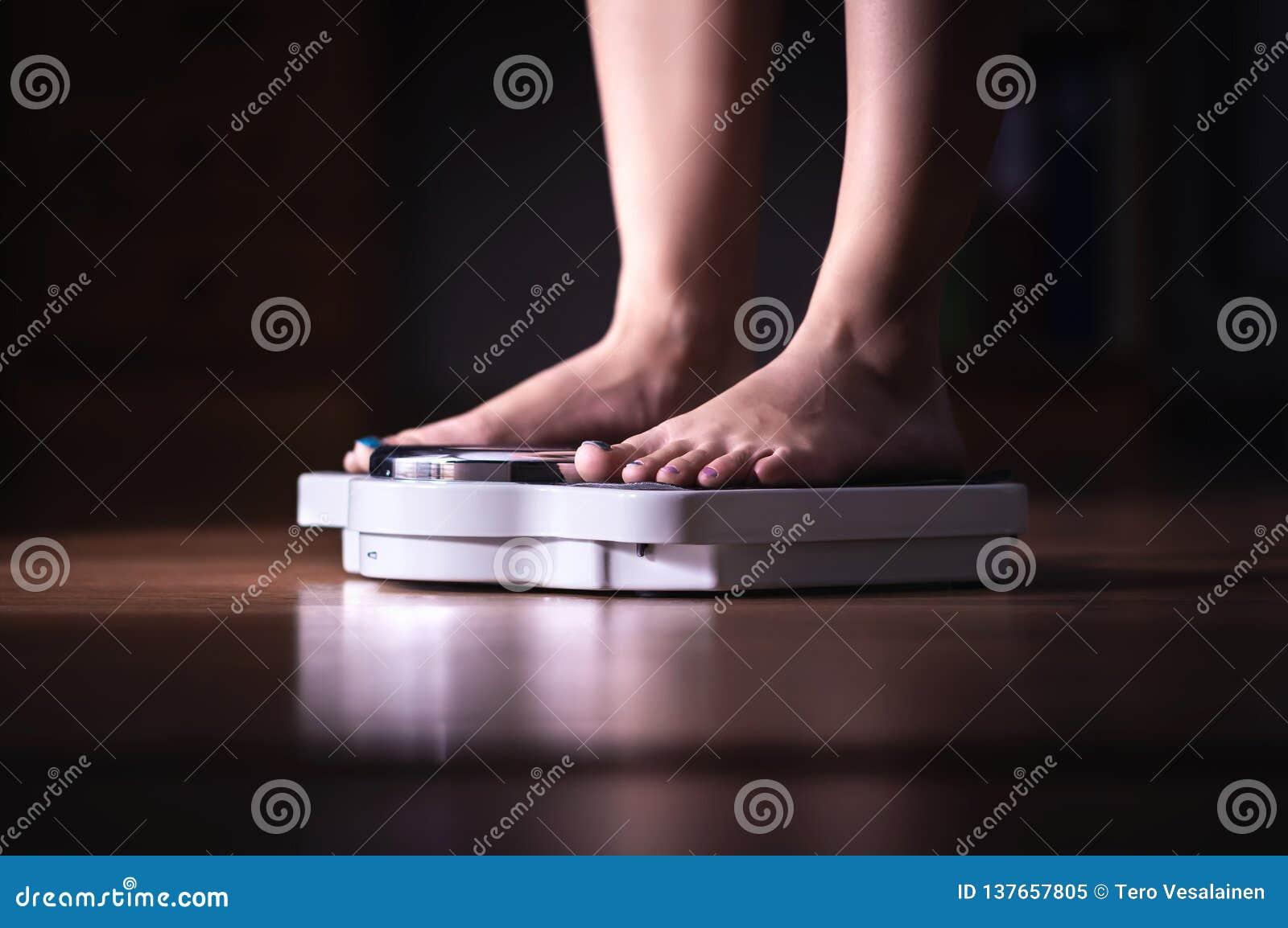 英尺缩放比例 减重和饮食概念 称妇女的她自己 健身夫人节食 Weightloss和营养学