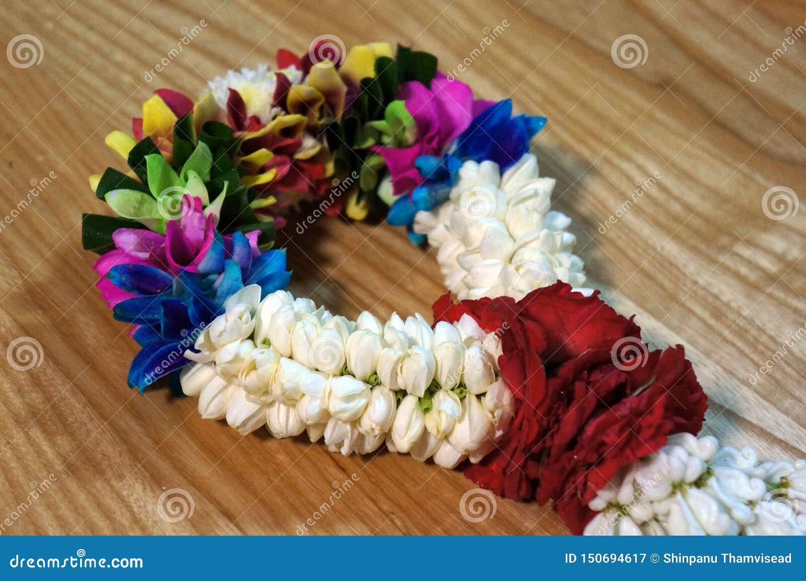 茉莉花和玫瑰诗歌选在木背景 泰国传统样式