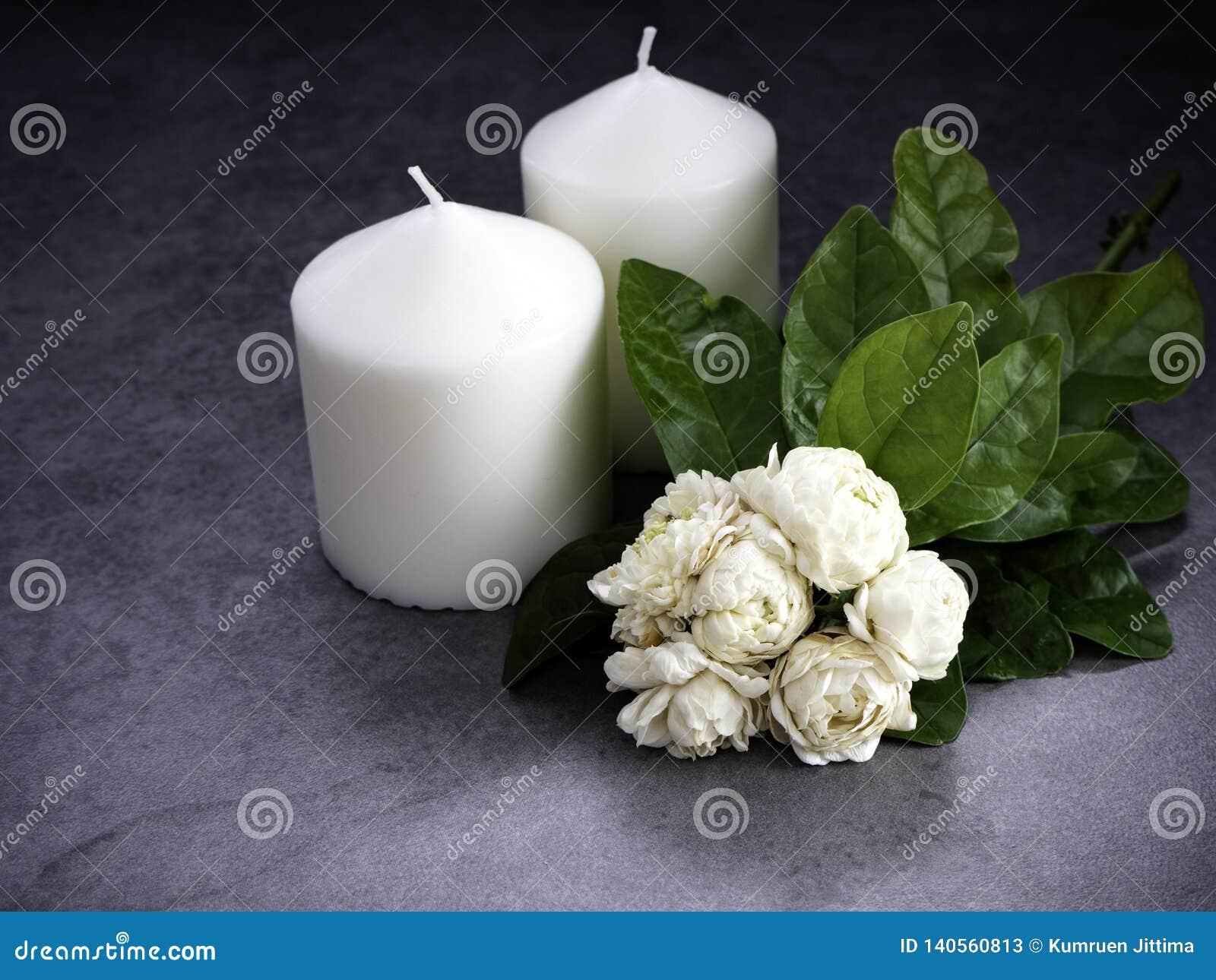 茉莉花和蜡烛在黑暗的背景