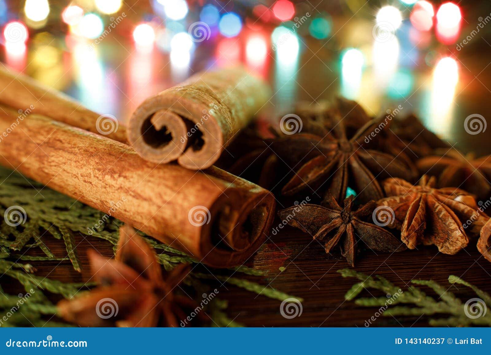 茴香和肉桂条在一张木桌上与五颜六色的聚焦 选择聚焦 E