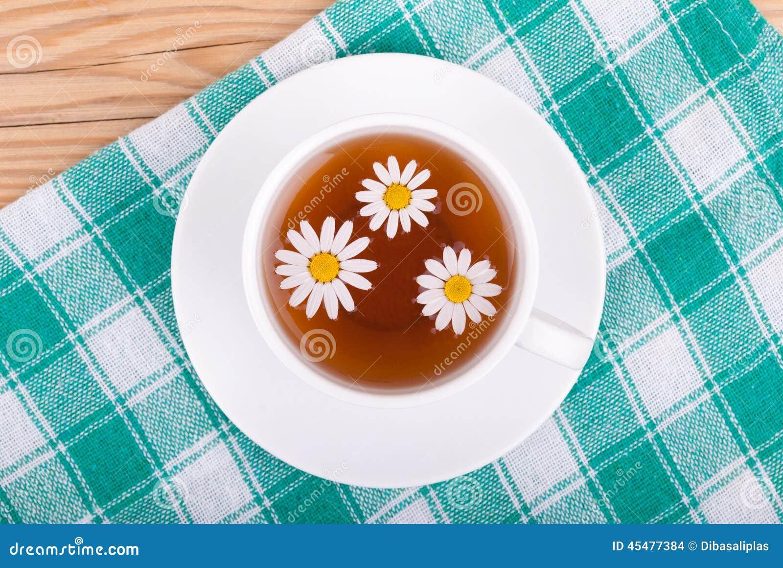 茶与春黄菊的