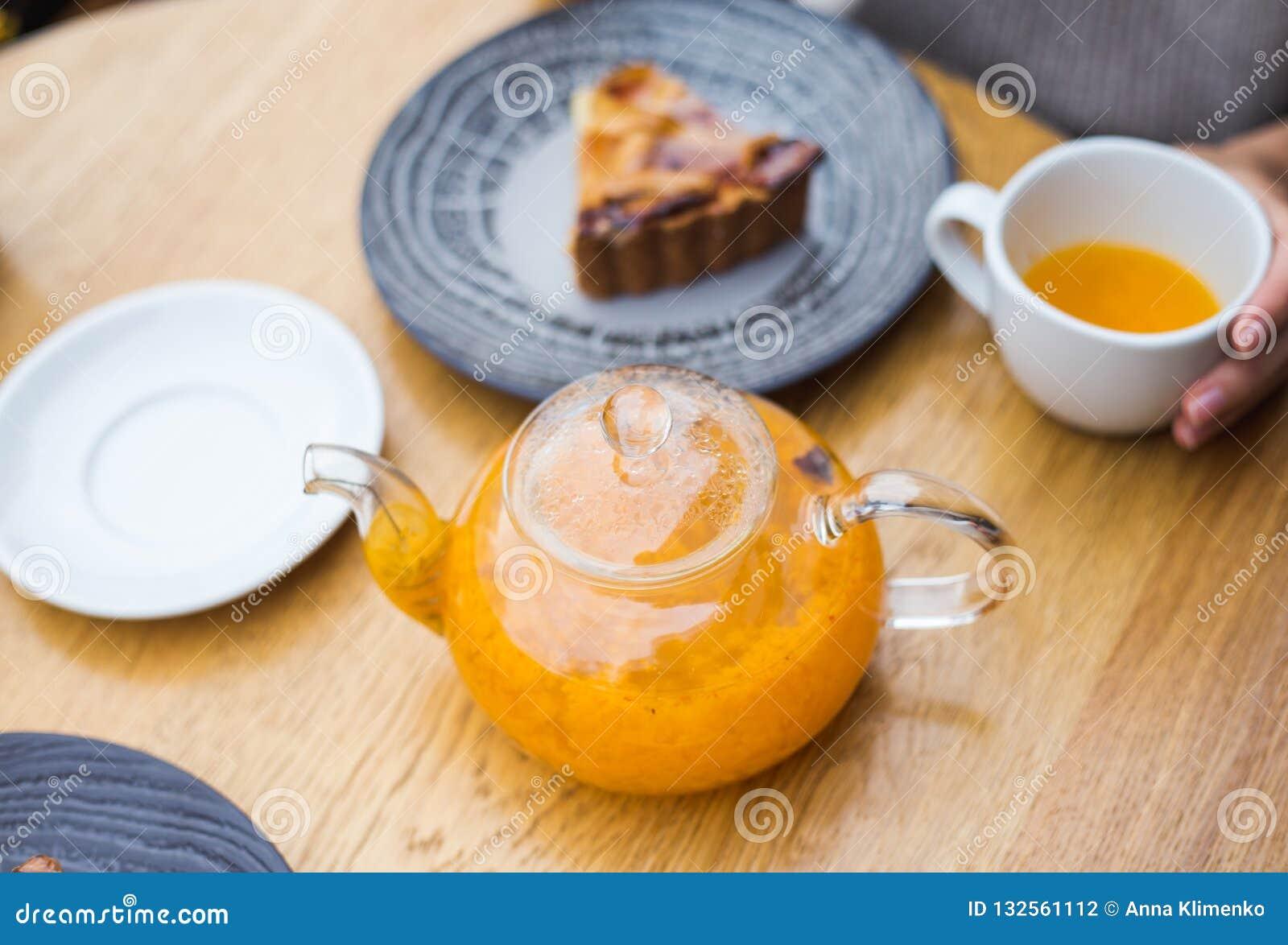 茶壶橙色茶和蛋糕pice
