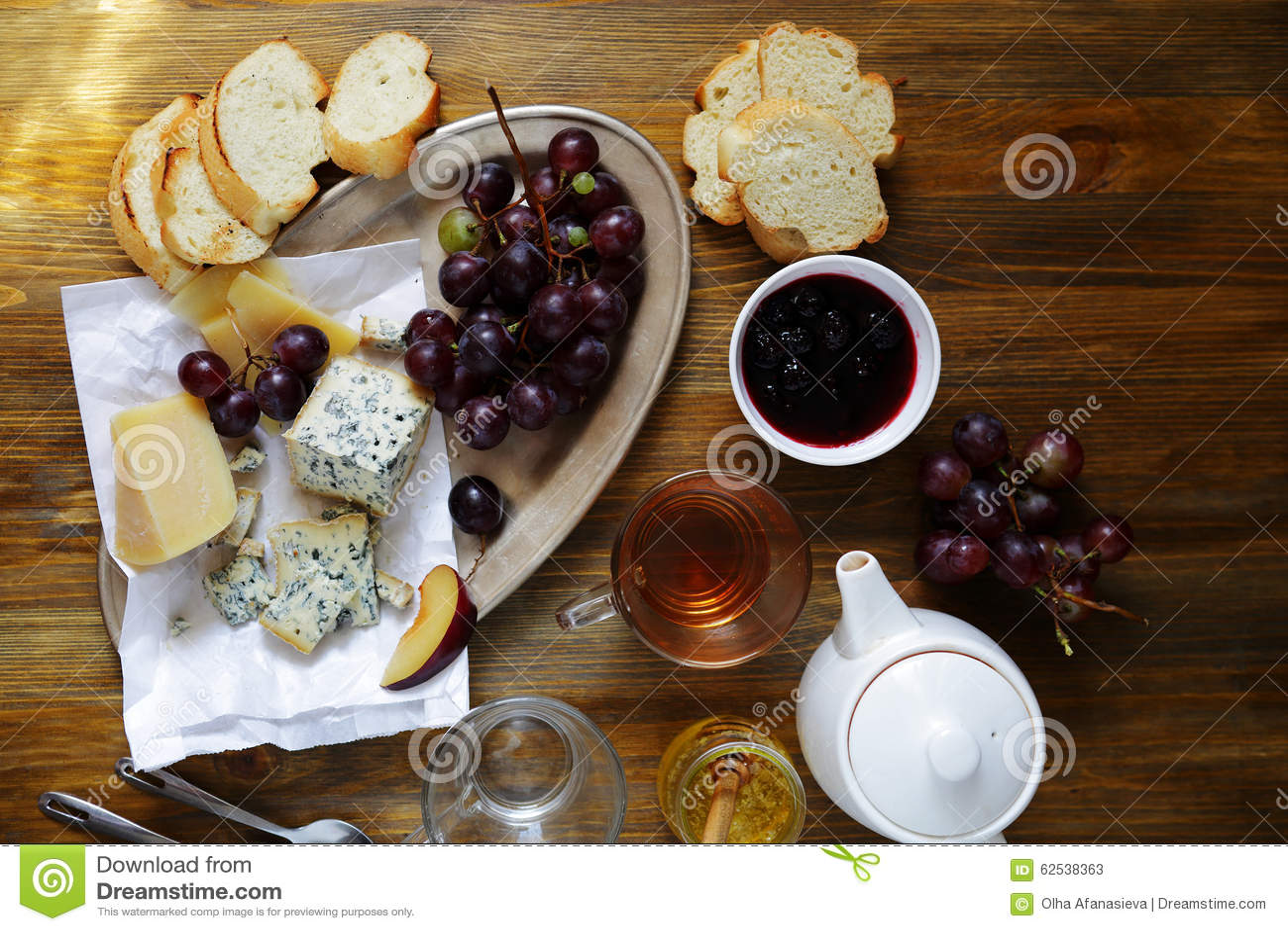 茶用乳酪和果酱在桌上