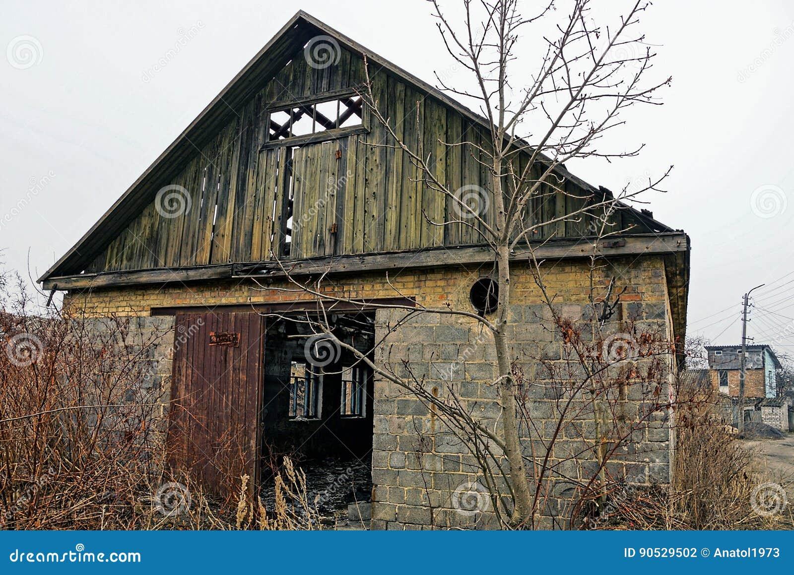 草丛林的被放弃的老砖房子