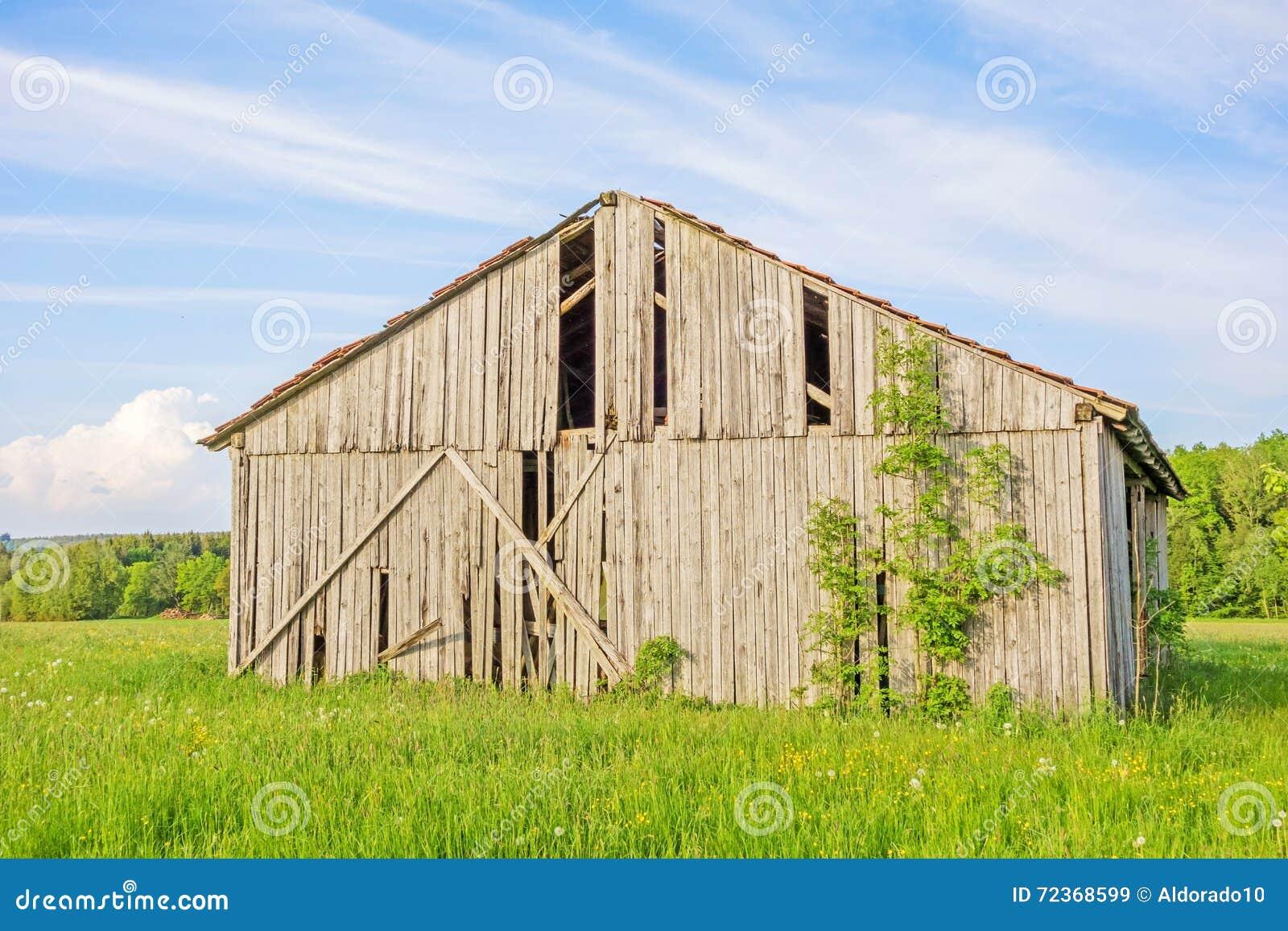 草甸的老谷仓