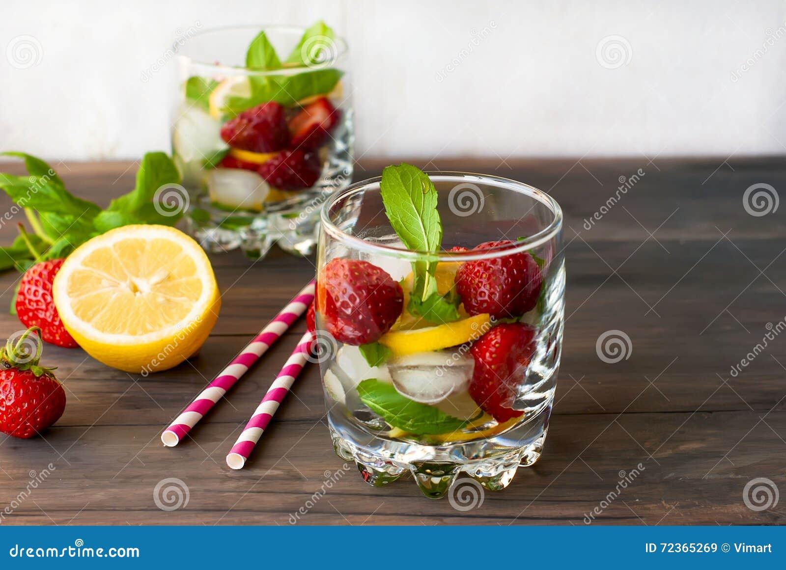 草莓与薄菏和冰选择聚焦的mojito鸡尾酒