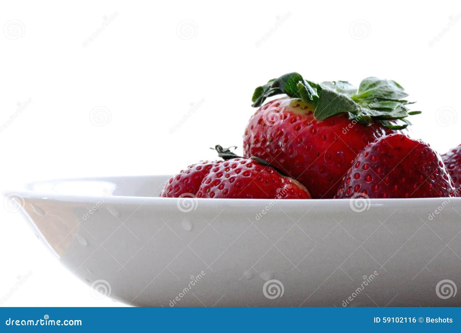 草莓碗白色背景