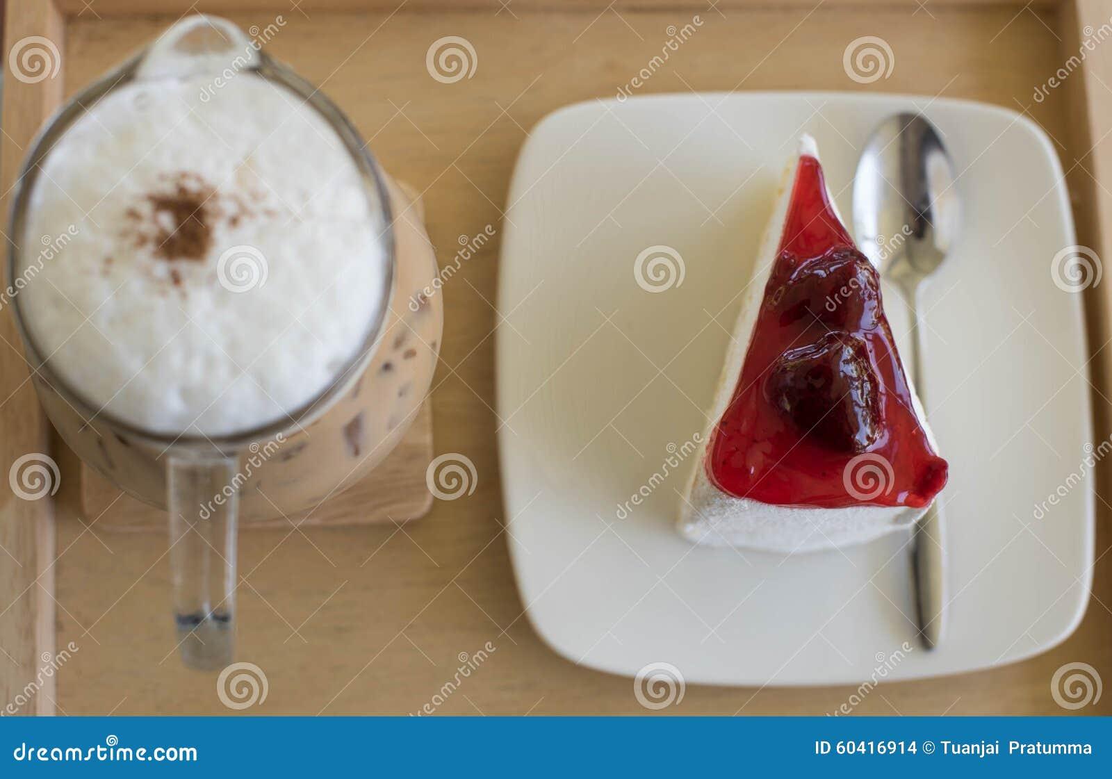 草莓蛋糕和冰冻咖啡