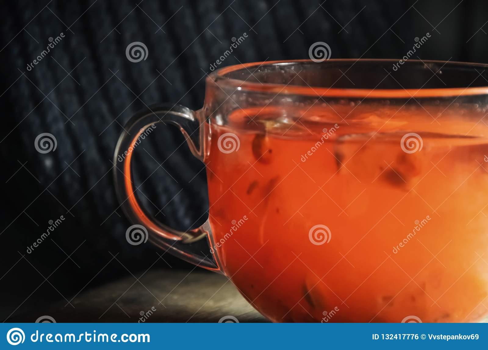 荚莲属的植物自创炽热茶用柠檬和蜂蜜在一个玻璃杯子