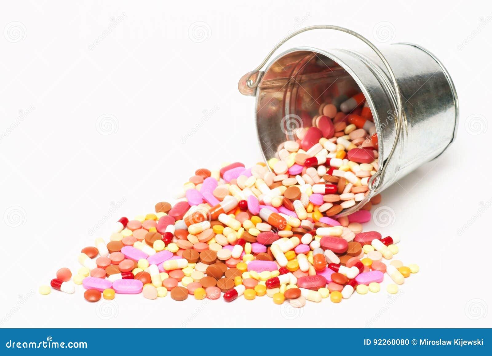 药片,在一个桶的胶囊在白色背景,药房,医学
