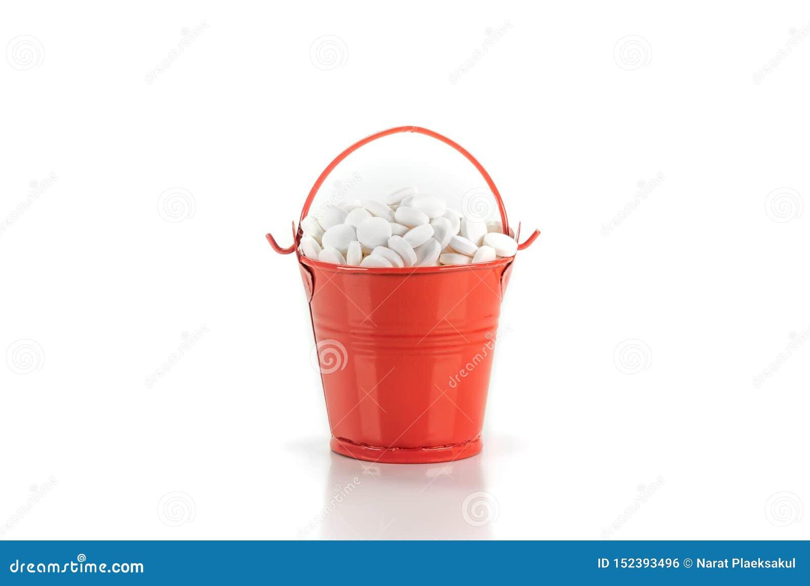 药片,在红色金属桶的片剂
