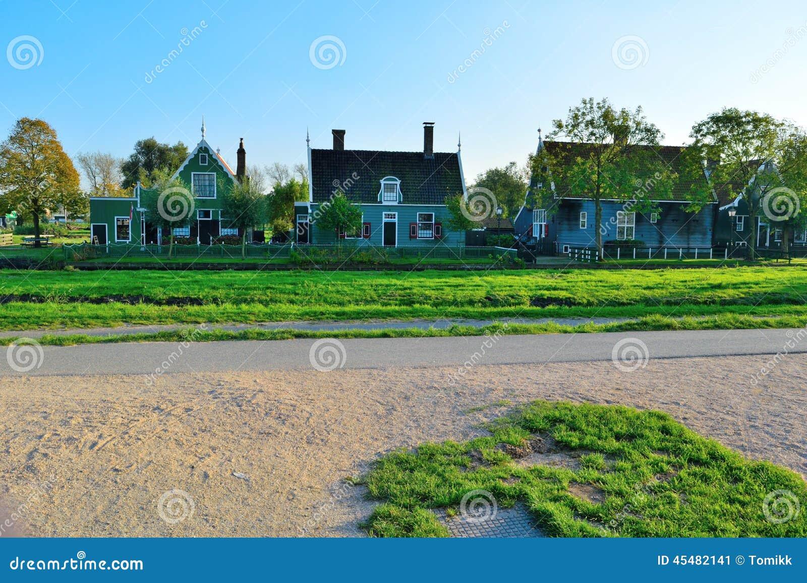 荷兰木房子和绿草