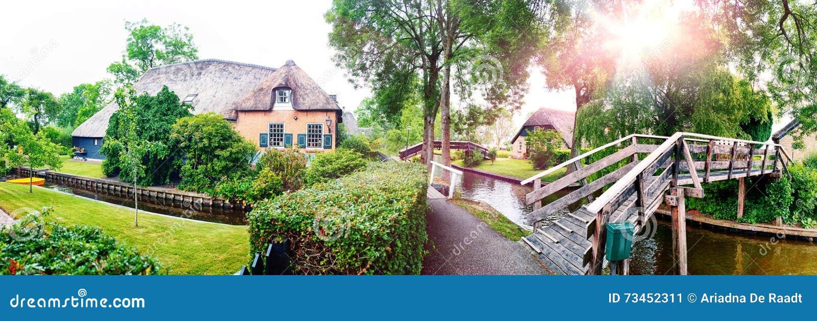 荷兰村庄夏天全景