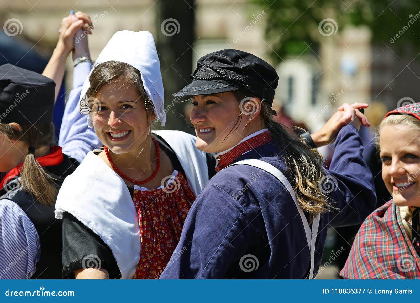 荷兰,密执安,美国, 2017年5月:在荷兰密执安的街道上的荷兰跳舞在郁金香时间