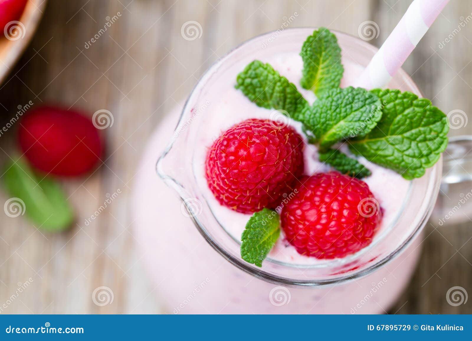 莓与薄荷的装饰的奶昔