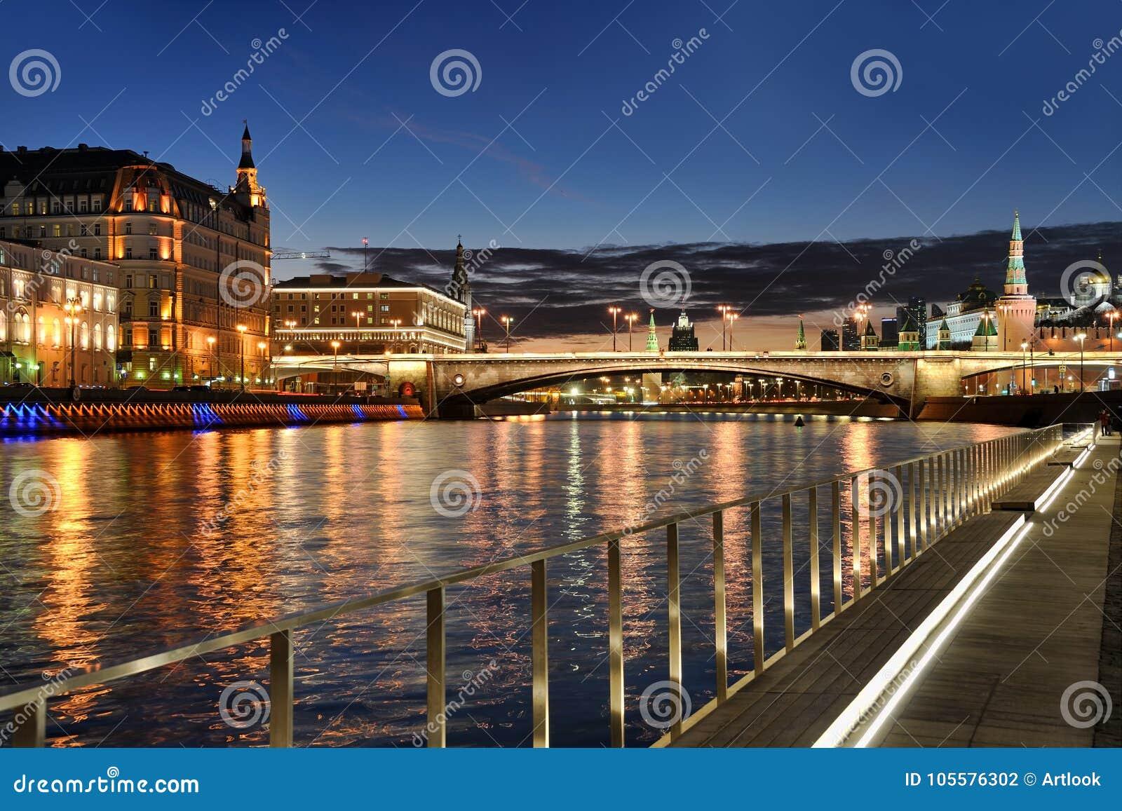莫斯科与河反射的市光反对黄昏天空
