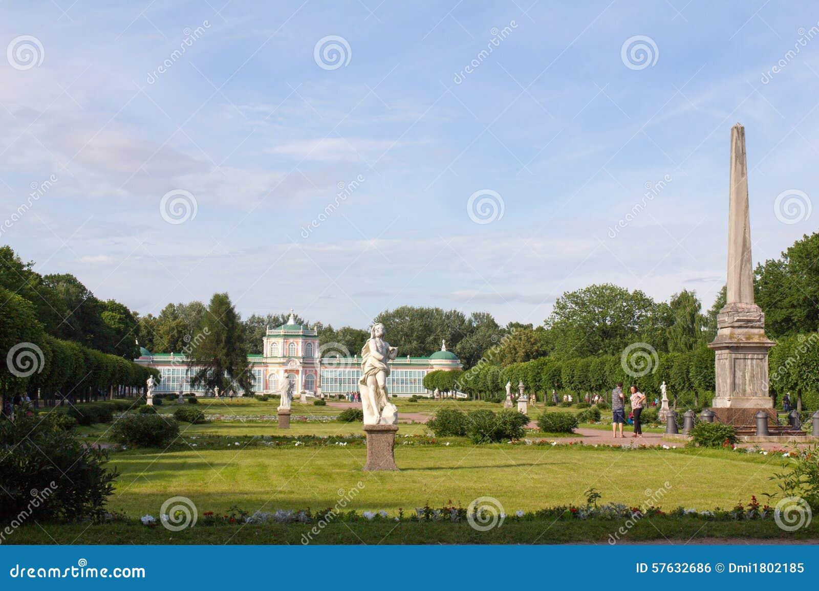 莫斯科公园  高尚的庄园Kuskovo 有雕象和热带温室的公园