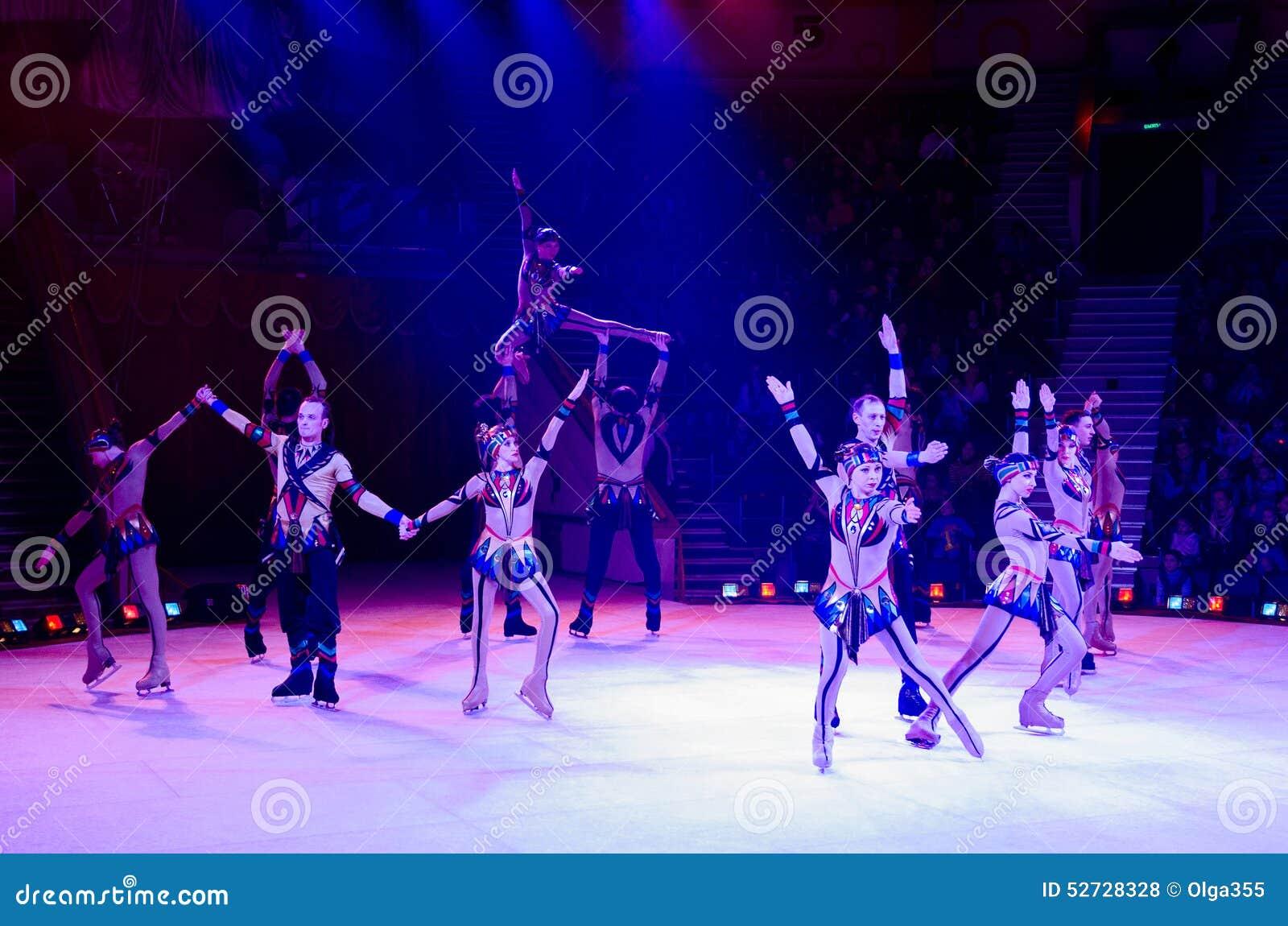 莫斯科马戏艺术性的马戏团的行动在冰的