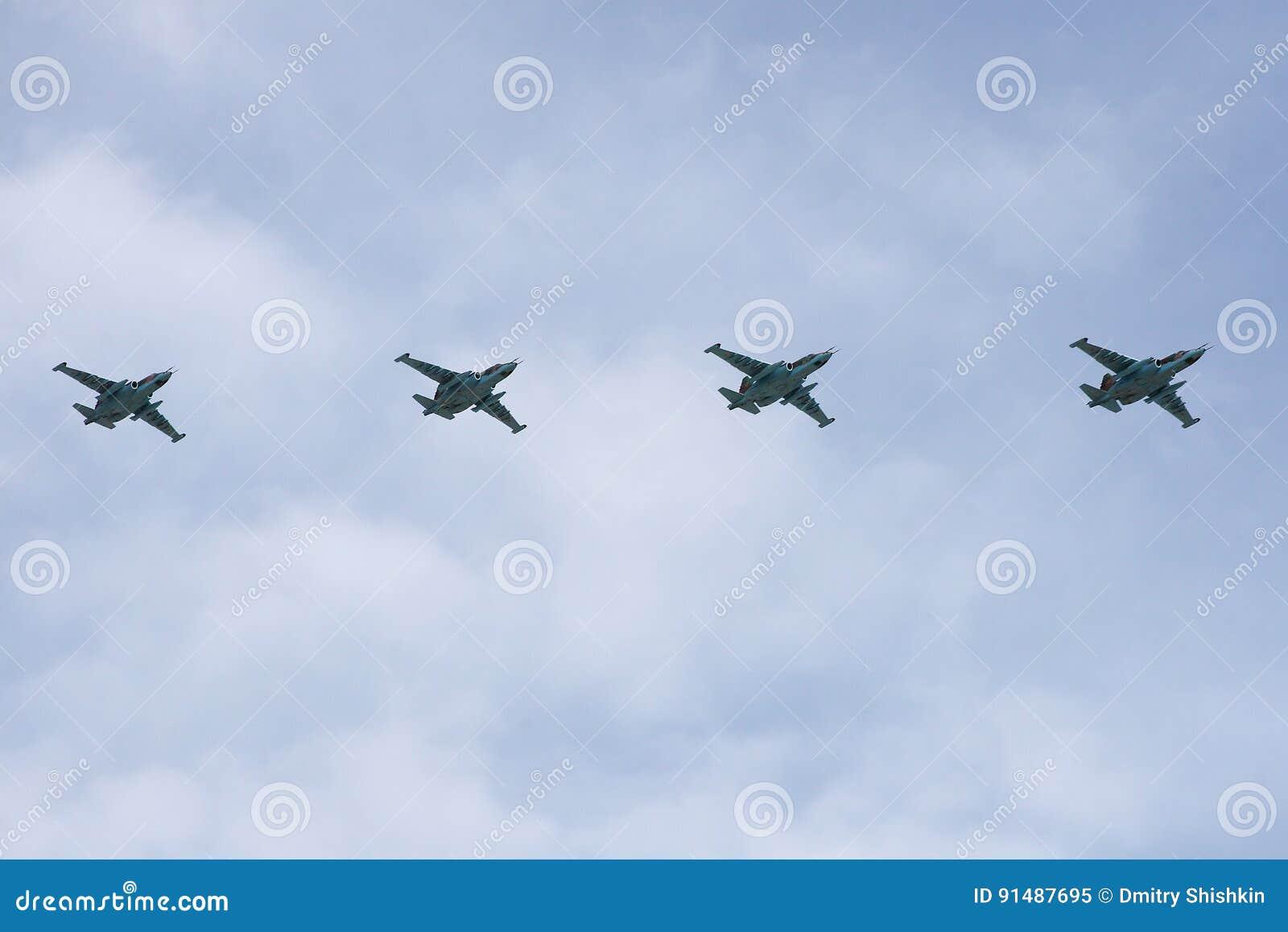 莫斯科,俄罗斯-可以09日2008年:胜利在红场的天WWII游行的庆祝 军用设备庄严的段落,飞行