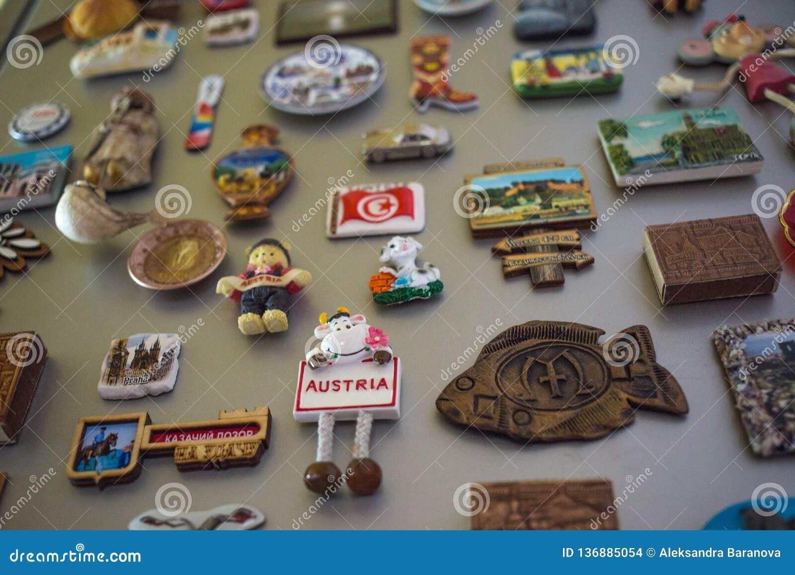 莫斯科,俄罗斯- 06 04 2018年:在冰箱门,旅行记忆的纪念品磁铁