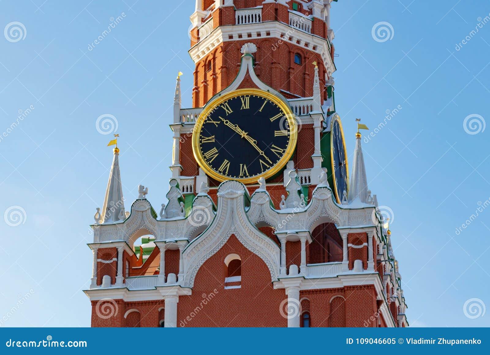 莫斯科,俄罗斯- 2018年2月01日:克里姆林宫特写镜头Spasskaya塔的编钟  克里姆林宫莫斯科冬天