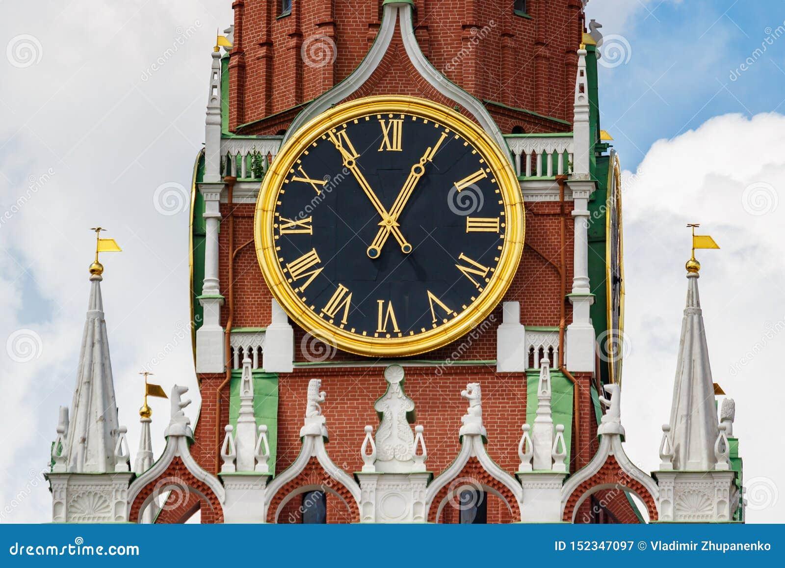 莫斯科,俄罗斯- 2019年6月02日:克里姆林宫特写镜头Spasskaya塔编钟时钟在天空蔚蓝背景的与白色的